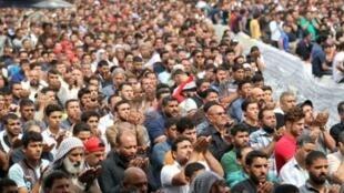 أنصار مقتدى الصدر في تظاهرة أمام مدخل المنطقة الخضراء في بغداد في 25 آذار/مارس 2016