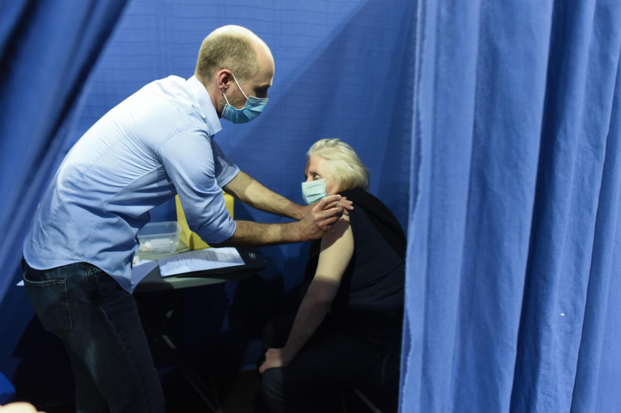 Nicole Lalau, 74 ans, se fait vacciner au vélodrome de Saint-Quentin-en-Yvelines, le 31 mars 2021. Elle se déclare très satisfaite de la rapidité du processus, une quarantaine de minutes entre l'entrée et la sortie du vaccinodrome.
