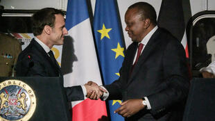 Le chef de l'État français Emmanuel Macron, recu à Nairobi par son homologue kenyan Uhuru Kenyatta, le 13 mars 2019.