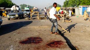 Un homme se tient sur les lieux d'un attentat à Maiduguri, dans le nord-est du Nigeria, le 23 octobre 2017.
