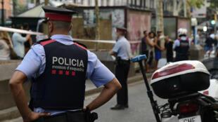 Des policiers sur la Rambla, au lendemain de l'attaque terroriste qui a fait au moins 13 morts à Barcelone.