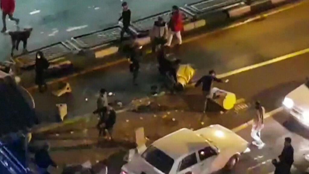 متظاهرون في طهران في 1 يناير/كانون الثاني 2018