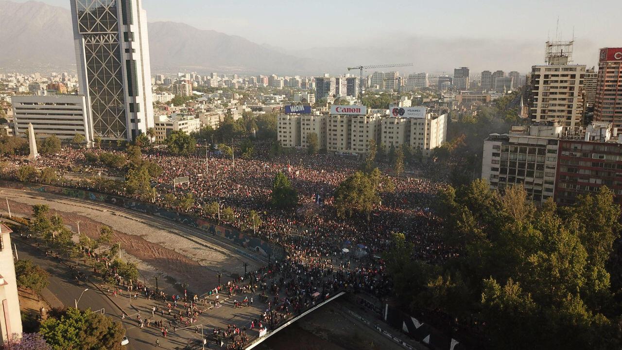 Vista aérea de la protesta en la Plaza Italia de Santiago (Chile) el martes 12 de noviembre de 2019.