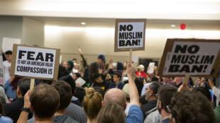Au Texas, des Américains opposés à la mesure anti-immigration de Trump, manifestent à l'aéroport.