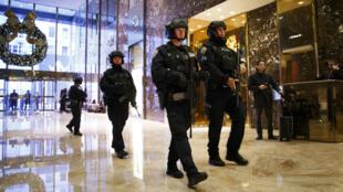 Des policiers en service dans le hall de la Trump Tower, le 2décembre2016.