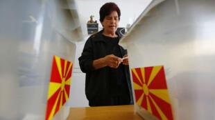 Una mujer se prepara para votar en las elecciones locales en la ciudad de Strumica, FYR Macedonia