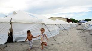 طفلان فنزويليان لاجئان في مخيم تابع لمفوضية الأمم المتحدة بولاية رورايما