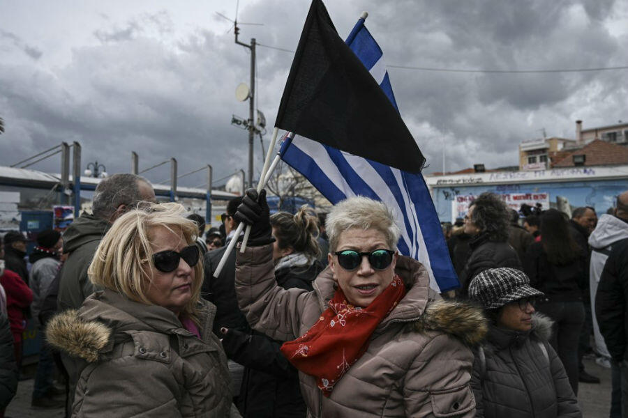 Des habitants de Lesbos manifestent contre la construction d'un nouveau camp de migrants à Mytilène, le 27 février 2020.