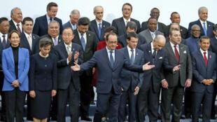 صورة تذكارية تجمع زعماء العالم المشاركين في قمة المناخ في باريس
