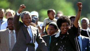 Nelson Mandela y su mujer, Winnie Mandela, a la salida de prisión del político el 11 de febrero de 1990.
