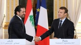 الرئيس الفرنسي إيمانويل ماكرون (يمين) مع رئيس الوزراء اللبناني سعد الحريري في الإليزيه