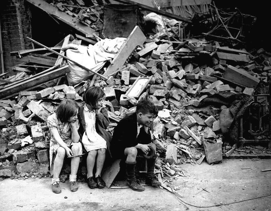 Des enfants dans les ruines d'un quartier de la banlieue est de Londres, en septembre 1940.
