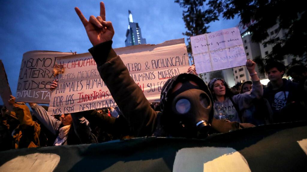 """Santiago de Chile se sumó a las protestas al anochecer con un carácter especialmente reivindicativo. """"Fridays for Future"""" anunció que prepara una nueva huelga para presionar a los gobiernos a actuar frente a la amenaza del cambio climático."""
