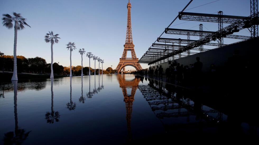 La icónica Torre Eiffel hizo parte del escenario del desfile de Saint Laurent durante la Semana de la Moda de París.