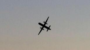Un Horizon Air Bombardier Dash 8 Q400, que fue secuestrado, vuela sobre University Place, Washington, EE. UU., antes de estrellarse en el estrecho de Puget, el 10 de agosto de 2018.