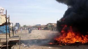 Les populations manifestent contre la hausse des prix à Atbara, dans l'État du Nil, au nord-est du Soudan.
