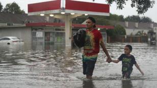 Plus de 60 cm d'eau sont tombés en 48 heures à Houston (Texas), rendant impraticables les axes de circulation.