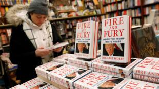 """Las copias del libro """"Fuego y furia: dentro de la Casa Blanca de Trump"""" del autor Michael Wolff se ven en la librería Book Culture en Nueva York, EE.UU., el 5 de enero de 2018."""