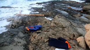Des gilets de sauvetage utilisés par des migrants retrouvés sur les côtes libyennes le 19 juin.