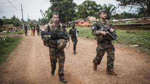 La France a envoyé 2 000 hommes le 5 décembre 2013 pour mettre fin aux violences intercommunautaires en Centrafrique.