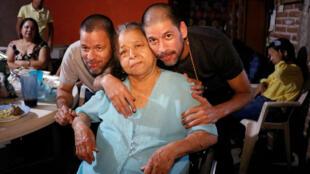 José Regino y su hermano Simón González, liberados de prisión en Malasia, posan junto a su madre en Culiacán, México, el 11 de mayo de 2019.