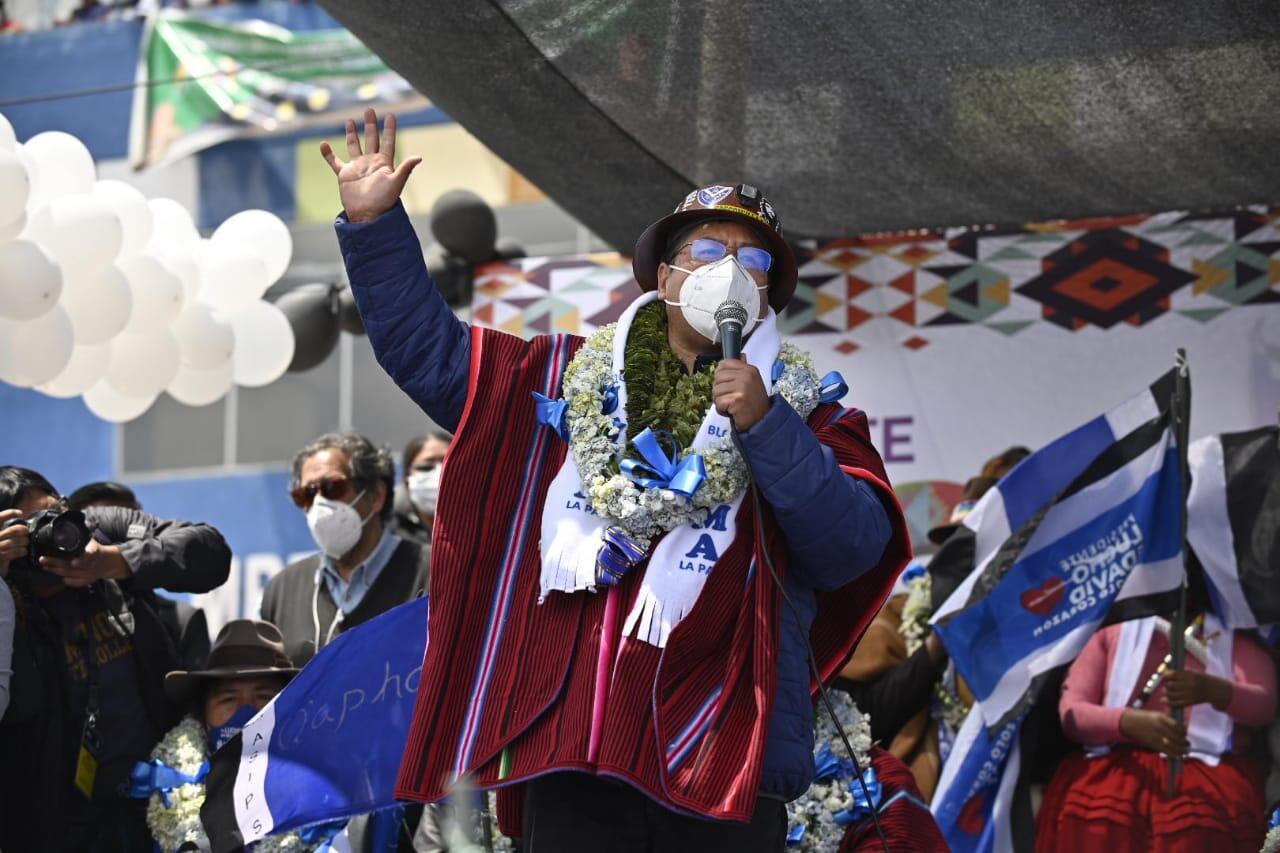 El exministro de Economía Luis Arce, candidato a la Presidencia por el Movimiento al Socialismo, pronuncia un discurso en la ciudad de El Alto.