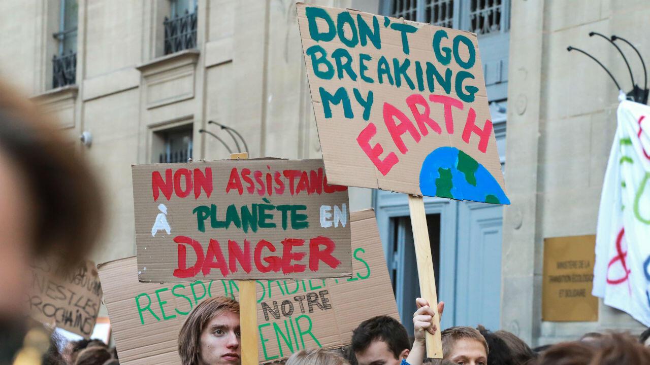 Les lycéens et les étudiants ont manifesté le vendredi 15 février à Paris pour réclamer des actions de la part des dirigeants politiques en matière d'environnement.