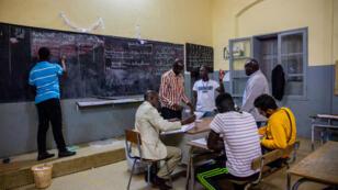 Dépouillement des buletins de vote à l'école Adja Mame Yacine Diagne, dans le Dakar-Plateau, le 24 février 2019.