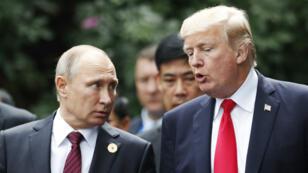 Donald Trump et Vladimir Poutine lors du sommet de l'APEC, en novembre 2017, au Vietnam.