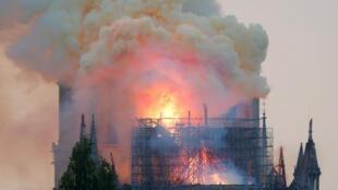 La catedral de Notre Dame envuelta en llamas el 15 de abril de 2019.