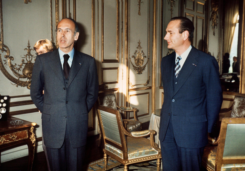 Valéry Giscard d'Estaing, entonces presidente de la República, junto a Jacques Chirac, su primer ministro entre 1974 y 1976. Fotografía del 24 de diciembre de 1974 en París, Francia.