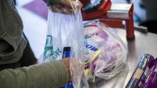 Les sacs en plastique à usage unique, délivrés en caisse, sont interdits en France depuis le 1er juillet 2016.