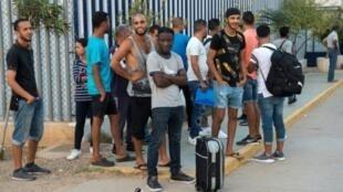 مهاجرون ينتظرون لمغادرة مركز الاستقبال المؤقت للمهاجرين وطالبي اللجوء بمليلية 19 أيلول/سبتمبر 2018