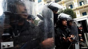 قوات الأمن التونسية خلال مظاهرات في العاصمة