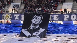Des supporters de Bordeaux déploient une banderole en hommage au footballeur argentin décédé Emiliano Sala, le 17 février 2019.