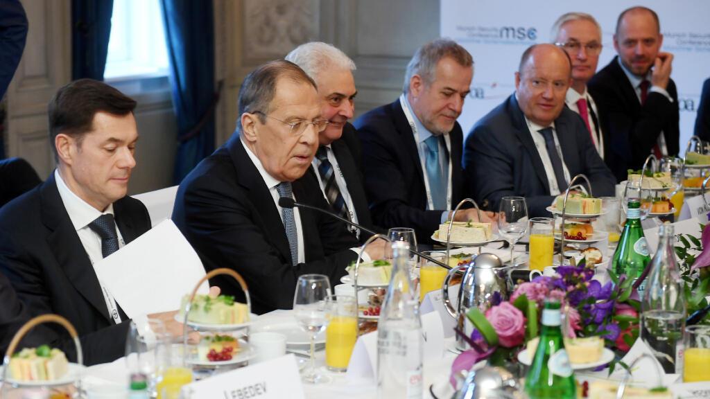 El ministro de Asuntos Exteriores de Alemania, Heiko Maas (izq.), se sienta al lado del ministro de Exteriores de Rusia, Sergey Lavrov, en la Conferencia de Múnich.