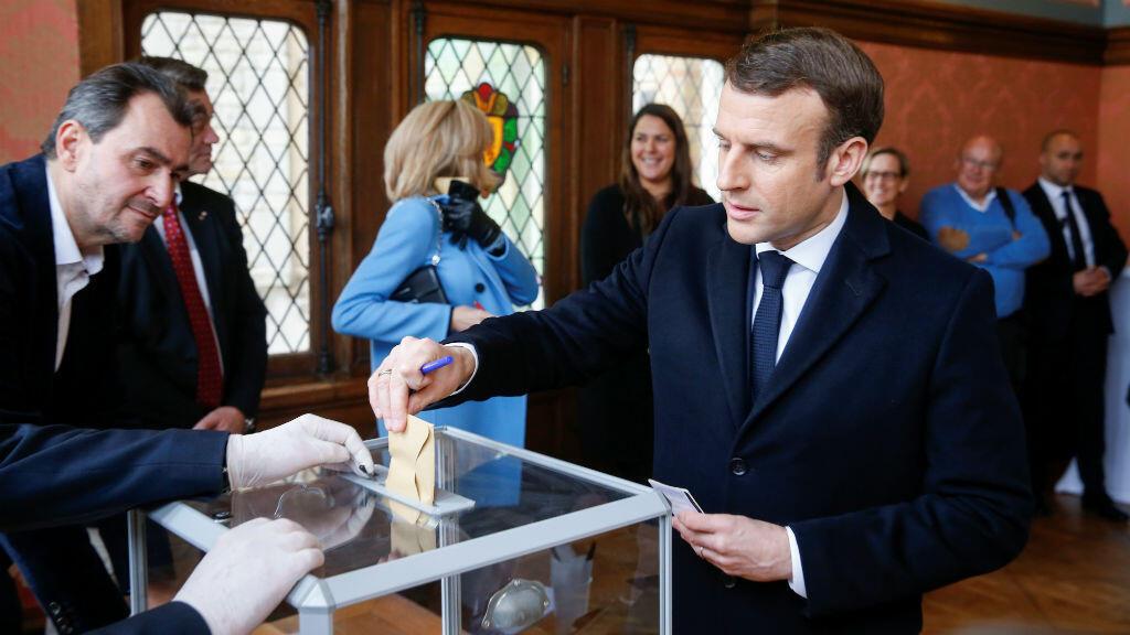 El presidente francés, Emmanuel Macron, vota durante la primera vuelta de las elecciones a la alcaldía en Le Touquet, Francia, el 15 de marzo de 2020.