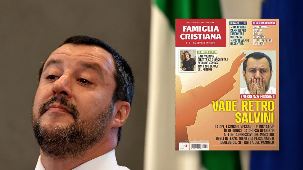 Matteo Salvini durante una conferencia de prensa donde anunció que un barco de una ONG alemana, que tenía más de 200 migrantes a bordo, no podría atracar en Italia, el 25 de junio de 2018. Al lado, la portada de 'Famiglia Cristiana'.
