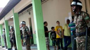 Militares vigilan un centro de votación en la ciudad de Río de Janeiro, el 28 de octubre de 2018.