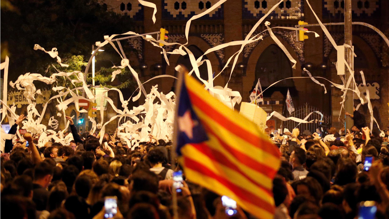 La gente arroja rollos de papel higiénico durante una protesta contra el fallo del 'procés' en Barcelona, España, el 16 de octubre de 2019.