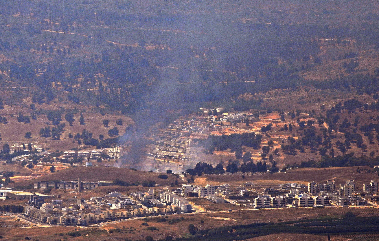الدخان يتصاعد من كريات شمونة بشمال إسرائيل بعد قصف صاروخي من لبنان، في الرابع من آب/أغسطس 2021