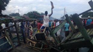 Des manifestants de l'opposition dans les rues de Bujumbura, dimanche 26 avril 2015.