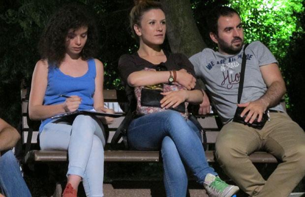 Des jeunes Stanbouliotes participent à une discussion sur le rôle des médias nationaux dans le parc d'Abbasaga, dans le quartier de Besisktas.