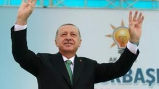 صورة وزعها الجهاز الإعلامي في الرئاسة التركية يظهر فيها الرئيس رجب طيب أردوغان يحيي أنصاره بعد صلاة الجمعة 10 آب/أغسطس 2018 في بايبورت بشمال شرق تركيا