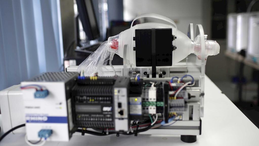 Este es un prototipo de respirador mecánico que crearon ingenieros de la Universidad de Costa Rica, el 22 de abril de 2020, en San José.