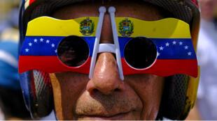 Un simpatizante del proclamado presidente interino de Venezuela, Juan Guaido, en medio de una manifestación en Caracas, Venezuela, el 4 de marzo de 2019.