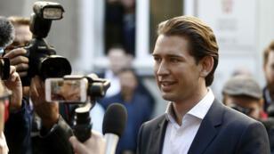 El candidato del Partido Popular, Sebastian Kurz, llegando a uno de los centros de votación en Viena.