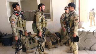 Des membres des forces spéciales afghanes arrivent à l'aéroport de Kunduz, mardi 29 septembre 2015, pour combattre les Taliban.