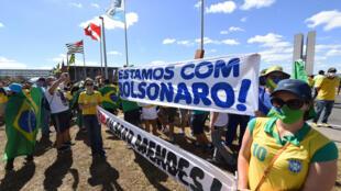 Simpatizantes manifiestan su apoyo al mandatario Jair Bolsonaro, que se recupera de la covid-19, en las calles de Brasilia, el 19 de julio de 2020