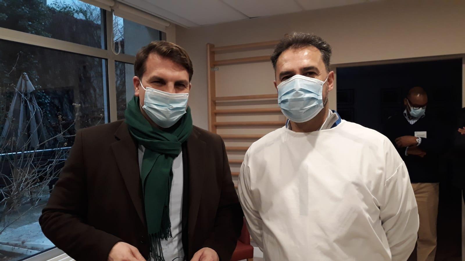 Le maire du XVIIe arrondissement, Geoffroy Boulard et le médecin coordinateur de l'Ehpad, Christophe Gauthier.